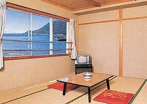民宿まるい:海側のお部屋。窓からは海が見られる明るいお部屋です。今井浜花火大会で花火も見られますよ♪