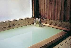 民宿 新小松屋:乳白色の柔らかなお湯。お肌にもやさしい