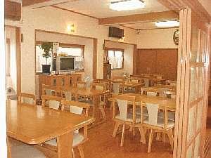 旅館千登勢屋:ダイニングルームで一度に30名様は食事可能です。