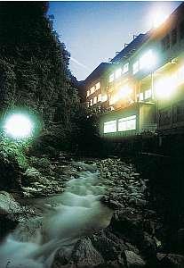 渓流沿いに佇む雅の宿