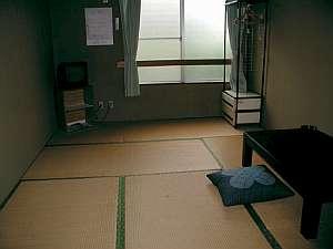 旅館久米 ひまわり荘:長期滞在向きの六畳間