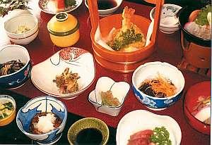 旅館山菜荘:ボリュームある田舎料理に大満足(内容は季節等により異なります)