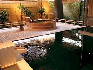 【ます風呂・樽風呂】露天風呂掛け流し。内湯のガラスを開けて露天風呂状態!