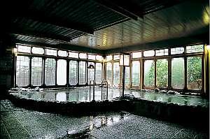 大丸別荘:開放感いっぱいの男女それぞれ百坪ある大浴場