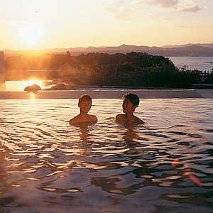 ホテル志摩スペイン村:天然温泉ひまわりの湯からは夕景を望むことができる