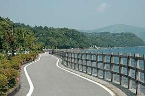 ジョンソン山中湖湖畔の宿:宿の入り口の湖畔道路、富士と湖の眺めが素晴らしい