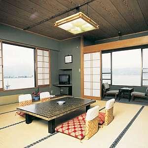 露天風呂と田舎料理が楽しめる宿 すわ湖苑:諏訪湖の美しい景色を望みつつ、くつろげる和室