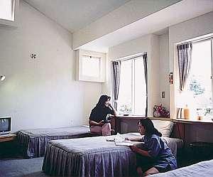 グルメペンション伊豆パシーフィック:落ち着けるお部屋はバス・トイレ付き、羽毛布団使用