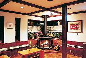 清里ペンション いずみ:暖炉の灯るラウンジ