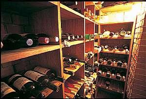 スイス料理&ワインの宿  木の実:ワインセラーには、70種類のワイン