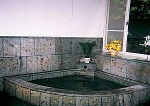 白壁の宿 花宴:伊豆石造りの天然温泉貸切風呂で寛ごう