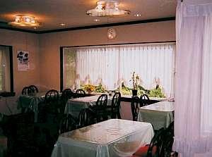白壁の宿 花宴:緑の芝生を眺め頂くお食事は旅先ならではの光景