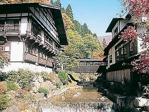 薫山荘と宴会場の間を流れる法師沢