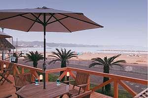 鴨川ユニバ-スホテル:潮風が心地いい海辺のテラス