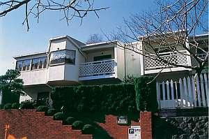 シーサイド ペンション 多々戸浜:南欧風、広いベランダ付の白堊の建物