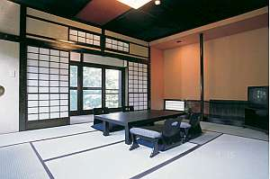 岩魚茶舎 (いわなぢゃや):お部屋でゆっくり夕食を。全室エアコン、トイレ付(お部屋は一例です)