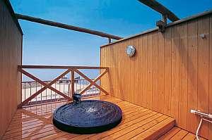 海辺の宿 つたや旅館:屋上貸切露天風呂(晴天の湯)青い信楽焼きのお風呂でゆったり気分♪