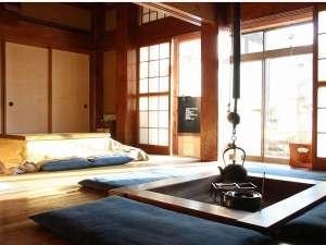 鎌倉ゲストハウス:のんびりみんなのくつろぎ部屋。冬は囲炉裏に火がはいり、ちゃぶ台はこたつに変わります。