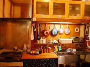 鎌倉ゲストハウス:旅先でキッチンがあると便利ですよね。少しの調味料と調理器具。どうぞご自由にお使いください。
