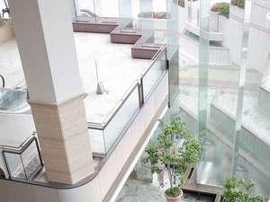 仙台国際ホテル:高さ13mの東洋一の長さを誇る一枚ガラスに囲まれた 明るく開放的なロビー