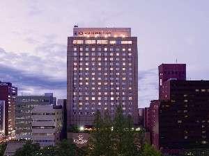 平和大通りの緑に佇むホテル
