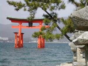 厳島神社(宮島)の海に浮かぶ大鳥居