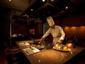 【愛宕】シェフが、お客様の目の前で料理を焼き上げます。シェフとの会話もお楽しみください。