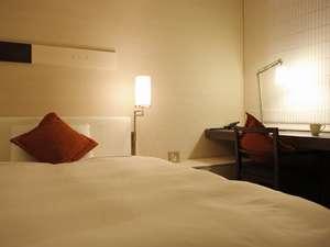 三井ガーデンホテル四谷:【モデレートシングル】16.5㎡に140cm幅のベットを設置。広めのデスクは便利にお使い頂けます。