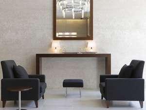 三井ガーデンホテル四谷:【ロビー】ホテル内はベージュ系を基調にブラウン系の家具や備品を配した温かみのあるインテリア