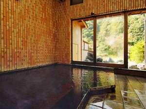 湯情の宿 建治旅館(こんじりょかん):新平湯温泉が溢れる内湯。露天風呂とともに24時間ご利用いただけます