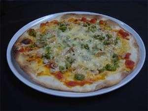ペンションすもーくちーふ:春の香野菜と燻製の自家製ピザ
