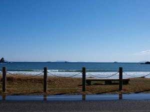 季一遊:当館目の前に広がる弓ヶ浜海岸。晴れた日で、空気が澄んでると、伊豆七島が見えます♪