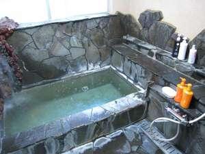 民宿まるい:【岩風呂】温泉なので体の芯から温まります!お風呂は別棟にあります