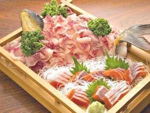 信州サーモン・岩魚・鯉・鱒料理 野沢のお宿 ふぶき:信州サーモンと鯉の舟盛り