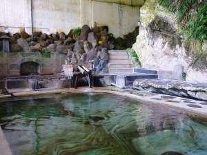 湯守の宿 三之亟:天然岩を削って湯船にした大岩風呂は3つの湯船があり、それぞれ湯温が異なります。