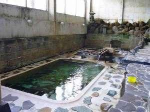 湯守の宿 三之亟:大岩風呂の深湯・中湯の湯船の底の亀裂からは源泉が直接湧き出しています。