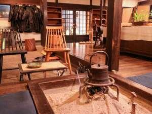 赤倉温泉 湯守の宿 三之亟:*囲炉裏のあるロビーは歴史を感じる空間