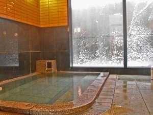 湯野浜温泉 源泉かけ流しの温泉民宿 真砂子屋:*大きな窓のある開放的な温泉浴場。かけ流しの天然温泉をゆっくりお楽しみ下さい☆