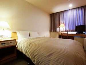 新見 グランドホテルみよしや:新館ダブルルーム客室例(140cm幅のシモンズ社製ダブルベッド)
