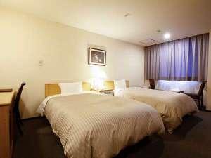新見 グランドホテルみよしや:新館ツインルーム客室例(120cm幅のシモンズ社製セミダブルベッド2台)