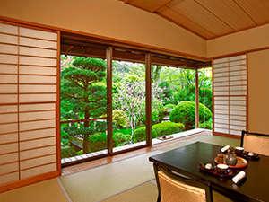 熱海慧薗:四季折々、色彩豊かな日本庭園をお部屋から心ゆくまでお愉しみください。