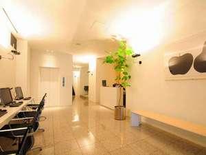 アグネスホテルプラス:明るく清潔、シンプルなフロントロビー。奥に大浴場がございます。