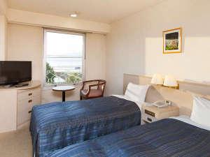 ◇ツインルーム(14平米・湖側)お部屋から望む諏訪湖の眺望は最高です。