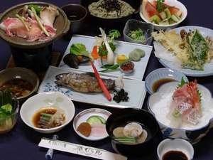 自家源泉かけ流し 天狗の湯 きむら苑: ご夕食の一例。ご夕食はお部屋出しですので、他のお客様に気兼ねなくお召し上がりいただけます。