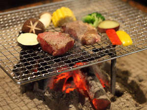 黒川温泉 山の宿 新明館:肥後牛「阿蘇王」の網焼きステーキ。炭火でお好みの焼き加減でお召し上がりくださいませ。