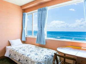 沖縄オーシャンフロント:カーテンを開けると海、真っ青な海で、心地よい目覚めが出来ます。