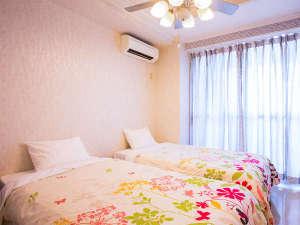 沖縄オーシャンフロント:ツインのベッドルームです。天井にはシーリグファンライトがあります。