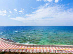 沖縄オーシャンフロント:4階のお部屋から見た、晴れた日の宮城海岸です。ダイビングやサーフィンスポットです。