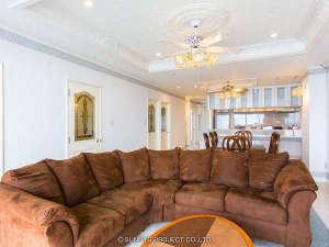 沖縄オーシャンフロント:大きなサイズのソファでゆったりと過ごせるお部屋もございます。
