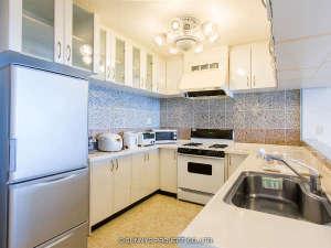 沖縄オーシャンフロント:広いキッチン、大型冷蔵庫、炊飯器、電子レンジ、電子ケトルなどがあります。